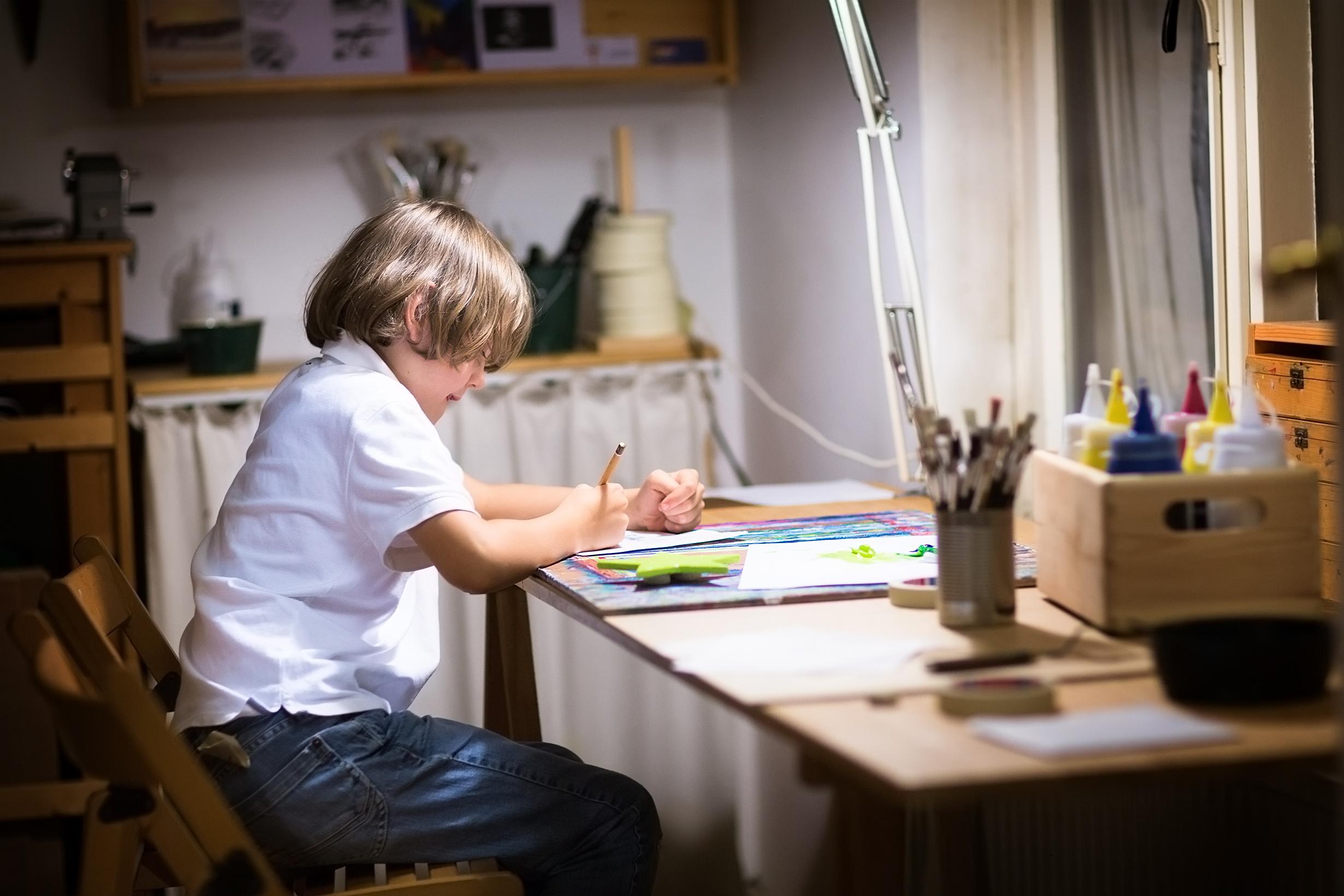 Лампа на струбцине – экономия места на письменном столе школьника